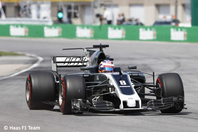 Viernes discreto de Haas en el GP de Italia 2017. Los pilotos oficiales de la escudería americana, Romain Grosjean y Kevin Magnussen han completado los Libres 1 y 2 en el Autodromo Nazionale di Monza con sensaciones encontradas. Y es que no se han situado en las posiciones del Top Ten ni por casualidad. Por una vez, y sin que sirva de precedente, el danés ha superado a su compi francés. El milagro ha sucedido en la FP1 tras parar el crono en 1:23.973 y ser 12º con superblandos. Por su parte, Grosjean se ha estancado en un pírrico 1:24.079 que le ha mandado directamente cuatro puestos por detrás de su vecino de box. Inaudito. Al frente de la FP1 se ha situado Lewis Hamilton gracias a un 1:21.537, 0,435 segundos más rápido que Bottas. Por cierto el que se ha quedado compuesto y sin volante en esa primera sesión ha sido Antonio Giovinazzi. El italiano, tercer piloto de Haas, que tenía previsto realizar un stint en la primera sesión del día, ha visto cómo se quedaba sin caramelito. Y es que por la amenaza de lluvia, el equipo ha preferido sentar en el coche a su titular, Kevin Magnussen, y dejar el 'experimento Giovinazzi' para otra jornada. Ya en la segunda tanda del día (FP2), con el asfalto más caliente y los competidores bajando sus marcas, las aguas han vuelto a su cauce en Haas. Así, Romain ha recortado en más de medio segundo (1:23.567) su mejor tiempo de la FP1, repitiendo puesto (16º), una posición por delante de Magnussen. Éste, por su parte, ha reducido en 0,323 segundos (1:23.650) su crono de los Libres 1. No obstante, el danés ha sufrido un problema con la suspensión en su VF-17 que le ha obligado a retirarse cuando todavía restaban 13 minutos de sesión. En total, la pareja de Haas ha completado 95 giros, de ellos, 53 Grosjean y 42 Magnussen. Este sábado, en los Libres 3 (11:00-12:00), los chicos de Haas tendrán una nueva oportunidad de afinar la artillería antes de la clasificación oficial que se disputará a partir de las 14:00. Pues más les vale que apure