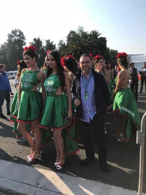 Omar Alvarez / @omarketingf1 y las Grid Girls del GP de México 2017. Foto: Maria Jose Alvarez.