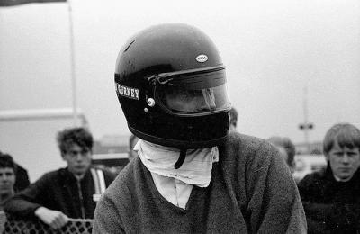 Dan Gurney Primer casco cerrado en la F1. @omarketingf1