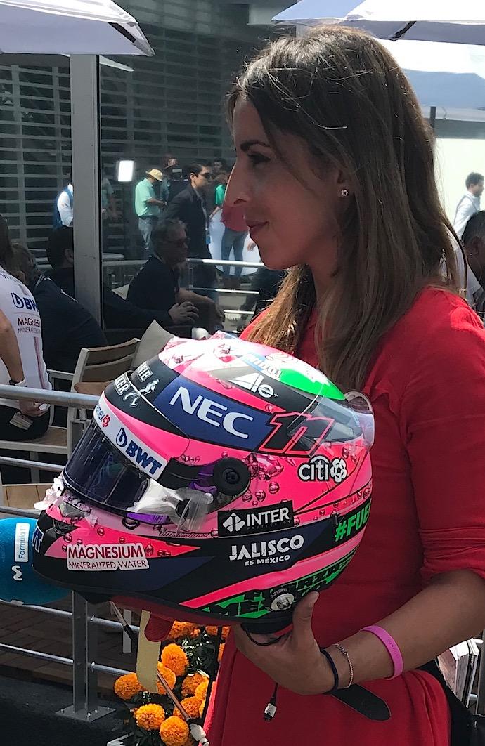 Noemi de Miguel mostrando el casco de Checo Pérez GP México Foto:@omarketingf1