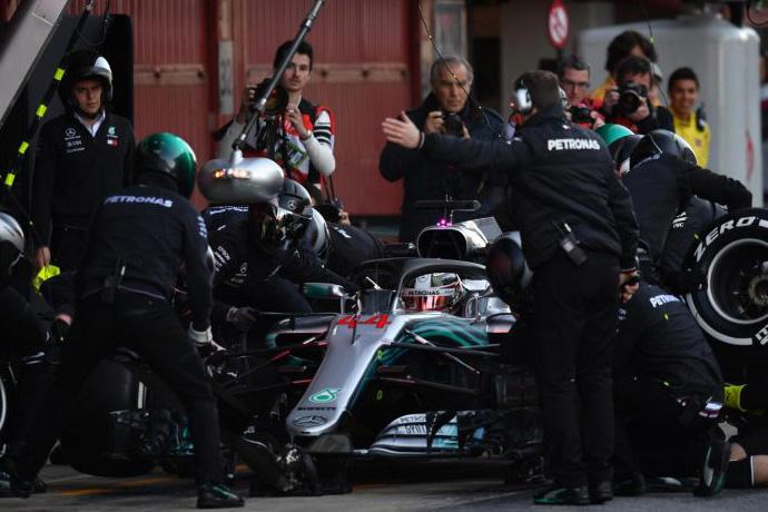 CRÓNICA: Ricciardo vuela en Montmeló; otro día casi en blanco para Alonso y su McLaren
