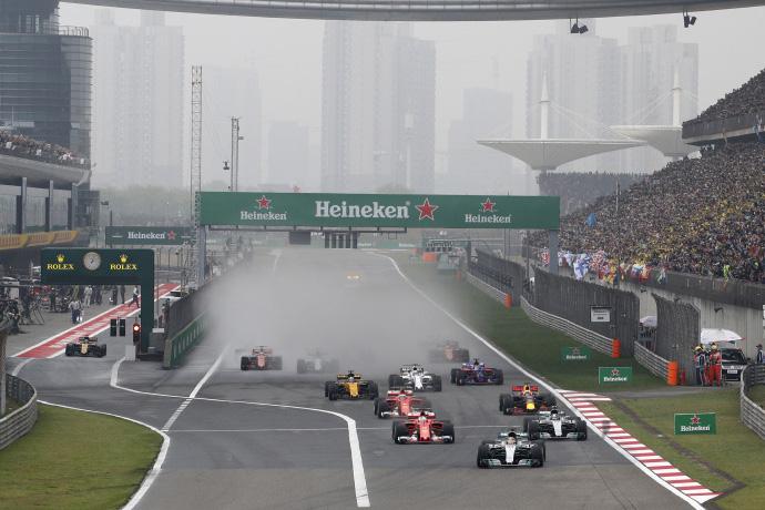 Aunque este año el GP chino es el tercero en el calendario, el año pasado fue el segundo tras Australia así que perduraba en las retinas de todos el overcut de Vettel a Hamilton y, el alemán de Ferrari, mandaba en el campeonato antes de disputarse este GP de China.