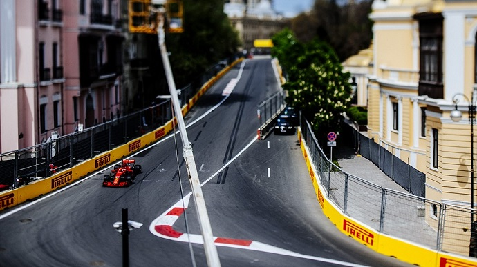 Ferrari se pierde por las calles de Bakú