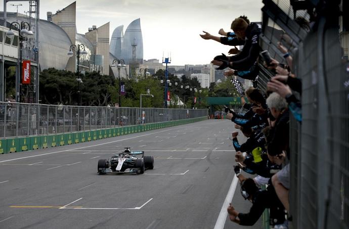 Victoria y drama para Mercedes en Azerbaiyán
