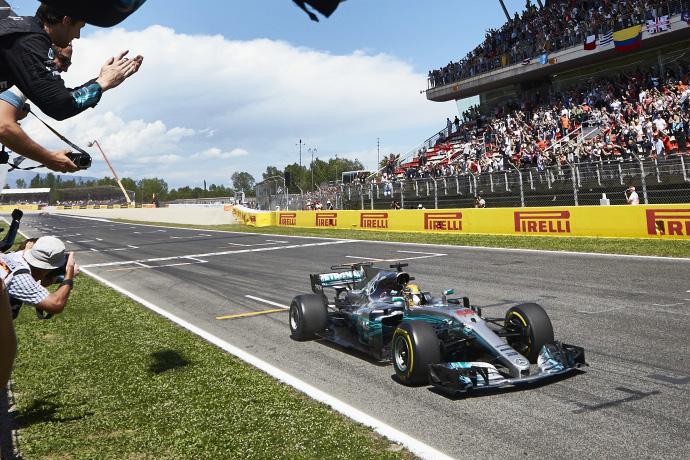 REMEMBER ESPAÑA 2017: Cómoda victoria de Hamilton y Alonso celebra ver la bandera a cuadros, ¡doblado dos veces!