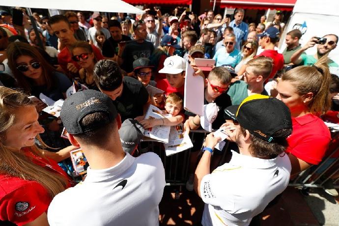 Alonso y Vandoorne firmando autógrafos