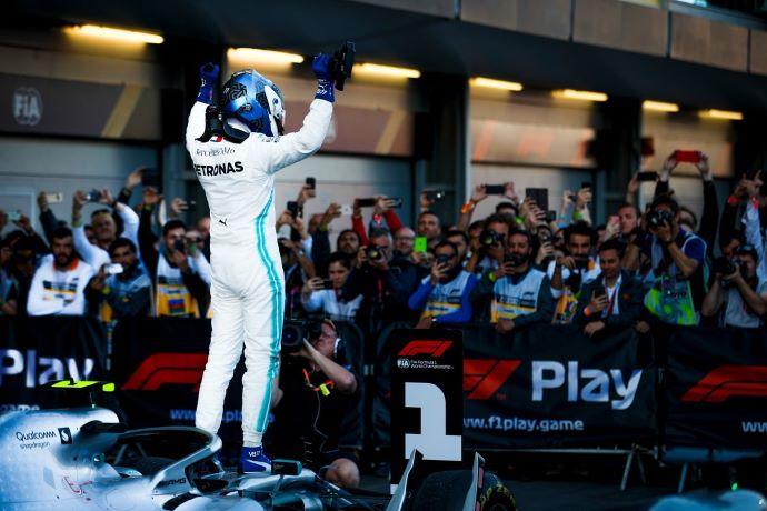 Crónica: Cuarto doblete de Mercedes en F1 2019 y Bottas implacable en Bakú