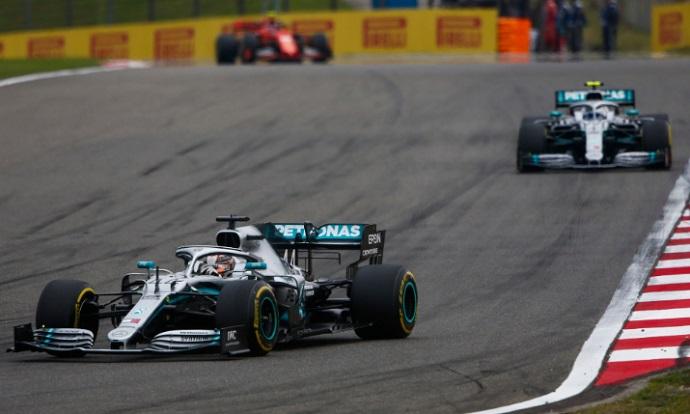 CRÓNICA: Hamilton se eleva al milenio con Sainz 14º