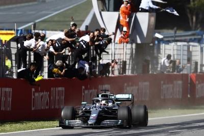 Domingo en España - Mercedes gana, gana y vuelve a ganar