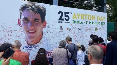 El emotivo homenaje de miles de aficionados en Imola en el 25 aniversario del adios de Senna