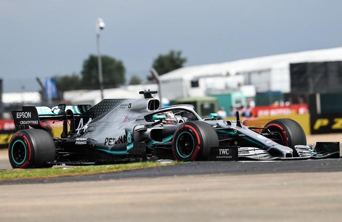 Hamilton vence en la mejor carrera en años; Sainz sexto