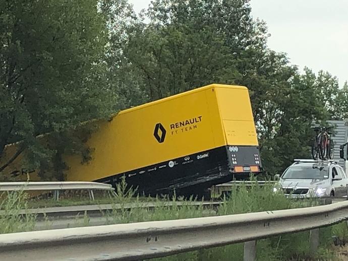 Un camión del equipo Renault sufre un accidente cuando se dirigía al circuito de Hungría