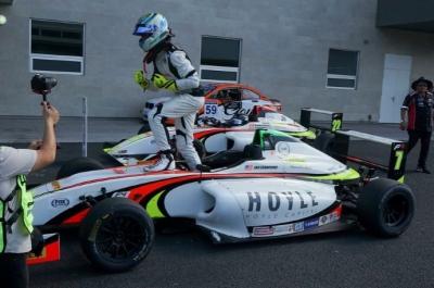 Jak Crawford vence en la primera carrera de la gran final de la FIA F4 Nacam en la Ciudad de México