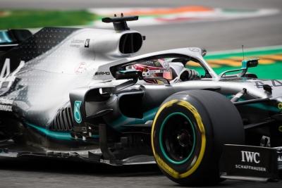Sábado en Italia - Mercedes: muy cerca en medio del caos