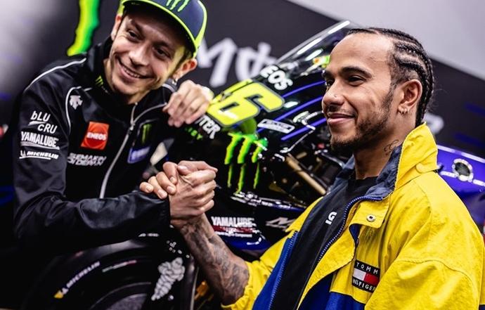 Lewis Hamilton y Valentino Rossi intercambian sus monturas en Valencia
