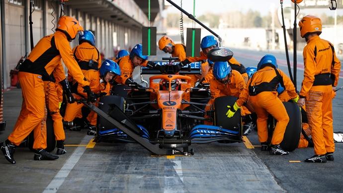 Empleados de McLaren regresan a Gran Bretaña tras cumplir la cuarentena en Australia