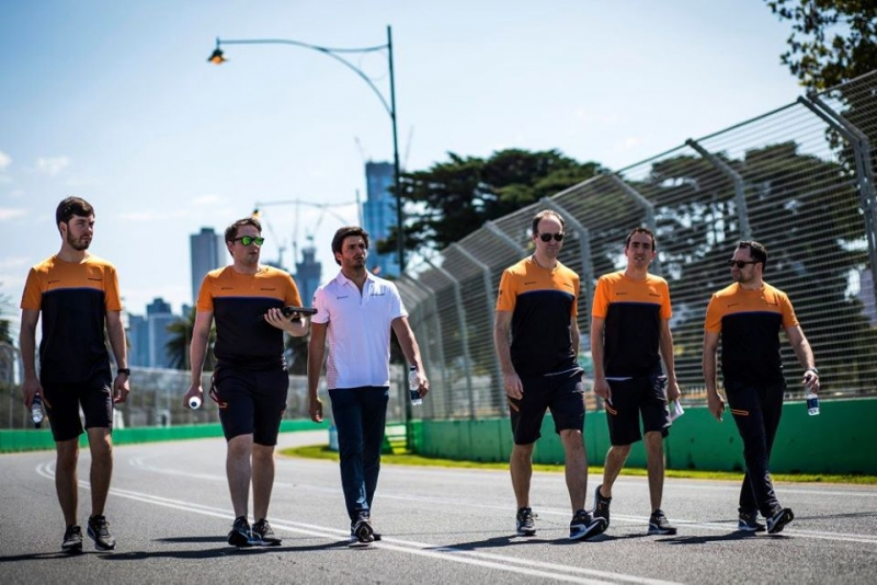 Un miembro del equipo McLaren da positivo por coronavirus y se retiran del GP de Australia