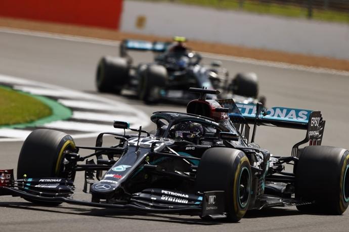 Crónica: Hamilton gana a tres ruedas el GP de Gran Bretaña