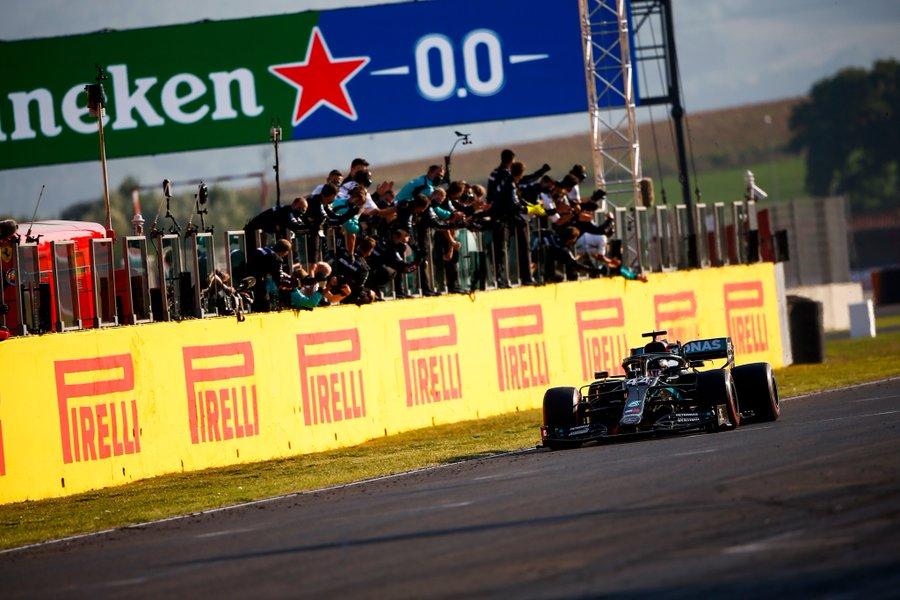 Hamilton se impone en una carrera de auténtica supervivencia