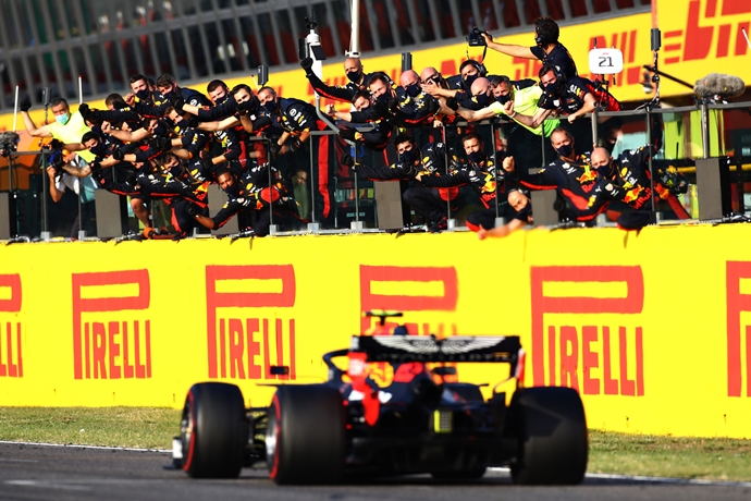 Domingo en La Toscana - Red Bull: Albon logra su primer podio; Verstappen abandona