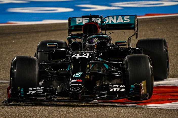 Libres 2 en Baréin: Hamilton manda en una sesión marcada por el accidente de Albon