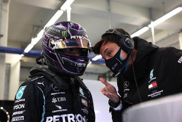 Mercedes buscará renovar a Hamilton tras finalizar la temporada