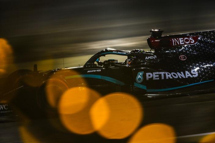 Sábado en Baréin – Mercedes: 1-2 en el desierto