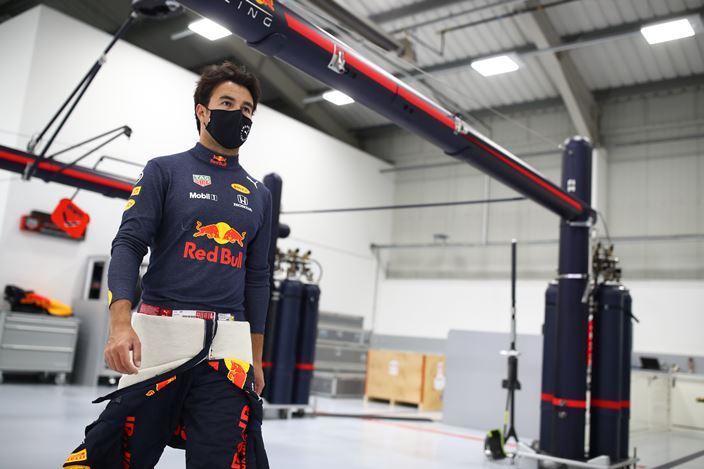 Checo Pérez completa su primer día en la fábrica de Red Bull