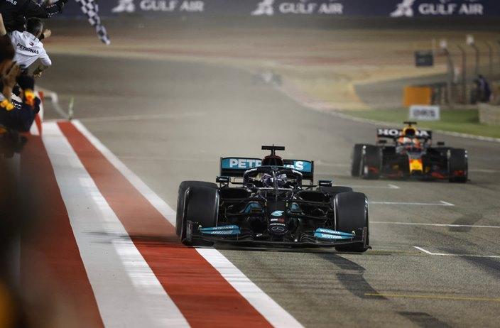 Domingo en Baréin – Mercedes y Hamilton ganan el primer duelo contra Red Bull