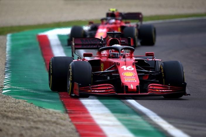 Domingo en Emilia Romaña – Ferrari logra el top 5 con Leclerc y Sainz