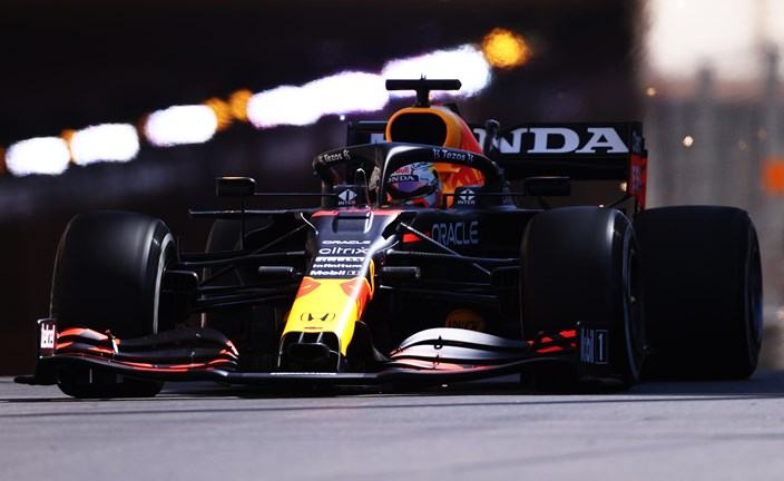 Verstappen domina y gana en Mónaco ante la debacle de Leclerc; Sainz termina segundo