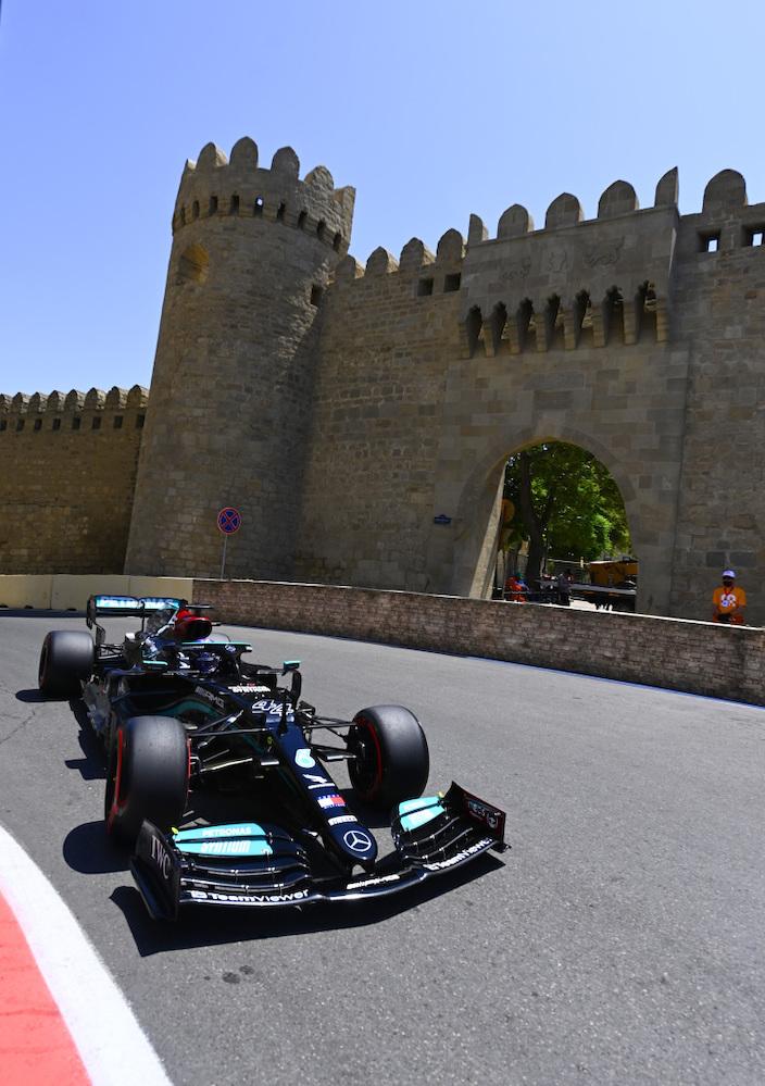 Viernes en Azerbaiyán – Mercedes se pierde entre muros medievales en 1er. contacto de Bakú