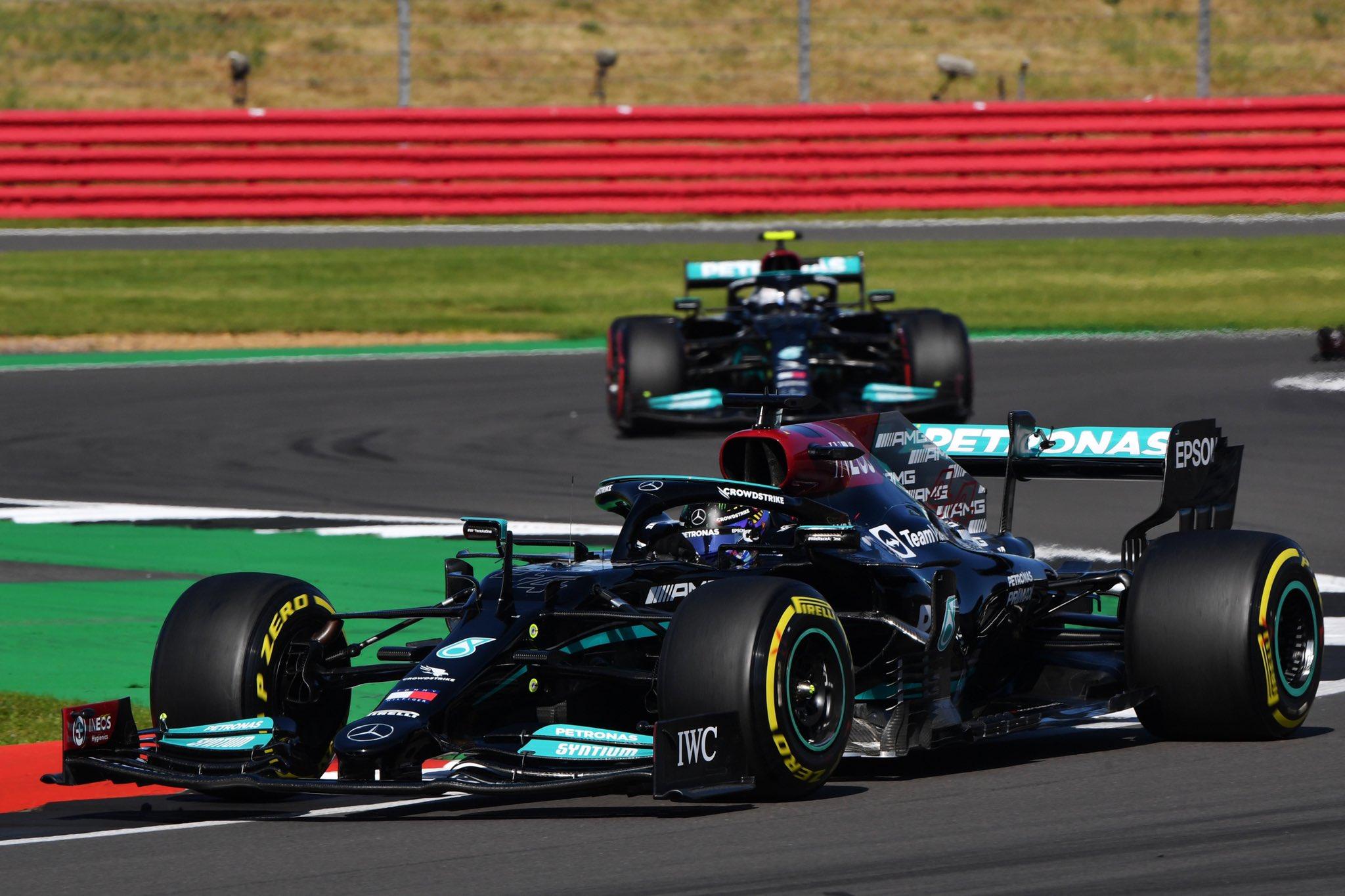 Hamilton se lleva la victoria del GP de Gran Bretaña ante el polémico golpe con Verstappen