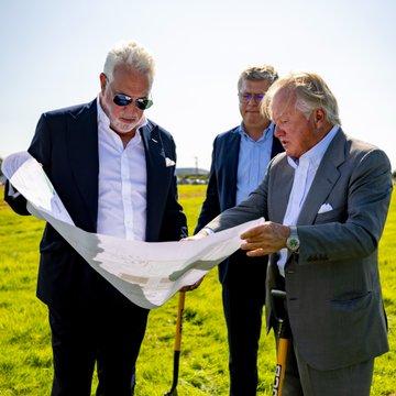 Lawrence Stroll de Aston Martin y Lord Bamford de JCB inician construcción de la nueva fábrica de Aston Martin Cognizant Formula One ™ Team